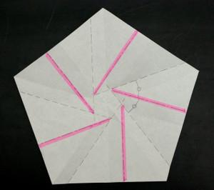 2つの尾根ラインのなす角度を2分するよう山折り(赤)する