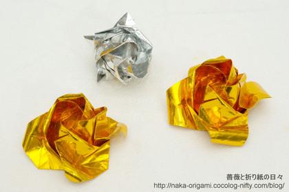 左:初代の川崎ローズ「ひらいたバラ」、中央奥:初代の川崎ローズ「バラ(つぼみ)」のアレンジ、右:「もっとひらいたバラ」