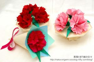 カーネーションのテーブル花と小さな花束